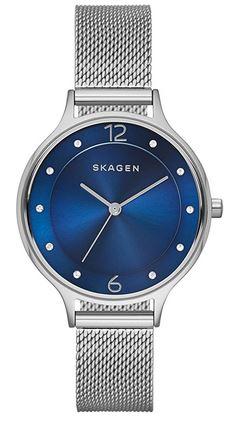 montre analogique pour femme de la marque Skagen avec un cadran bleu et un bracelet fin en mailles milanaises argentees
