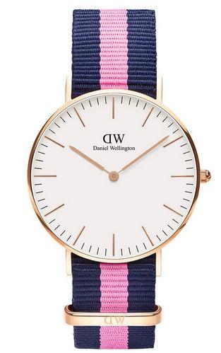 montre femme Daniel Wellington Winchester bracelet en tissu bleu et rose cadran blanc et boitier dore en acier