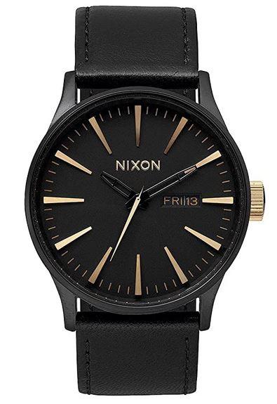 montre homme avec bracelet en cuir boitier et cadran noir de la marque Nixon