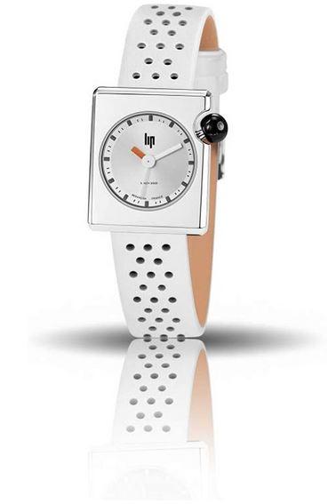 montre Lip totalement retro avec un boitier carre et un bracelet de cuir blanc perforre modele Mach 2000 pour femme