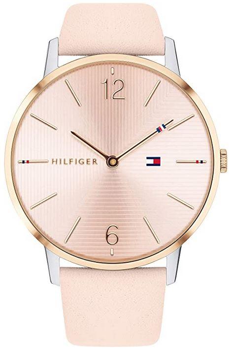 montre analogique Tommy Hilfiger avec bracelet fait de cuir rose cadran egalement rose et boitier dore modele 1781973 destine aux femmes