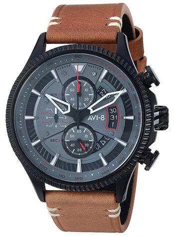 montre de style pilote aviateur pour homme de la marque Avi 8 modele AV 4064 03 avec un boitier noir et gris ainsi quun bracelet en cuir lisse marron clair