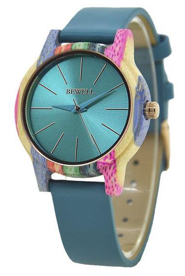 montre en bois colore avec un bracelet en cuir bleu de la marque Bewell pour femme