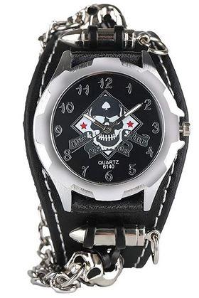 montre steampunk avec une tete de mort sur le cadran et un large bracelet en cuir noir plus une petite chaine attachee