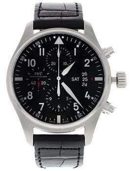 montre automatique Suisse de la marque IWC avec un cadran chronographe entierement noir et un bracelet en cuir crocodile