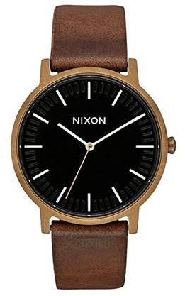 montre vintage minimaliste pour homme de la marque Nixon modele Porter avec un bracelet en cuir marron et un cadran analogique noir