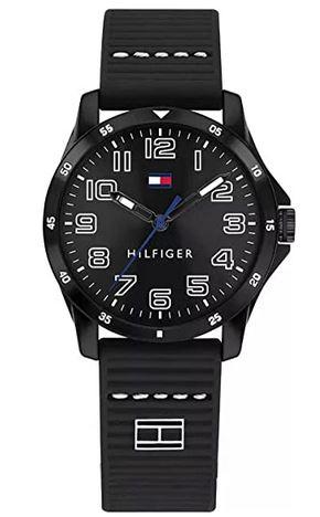 montre toute noire pour enfant de la marque Tommy Hilfiger avec un bracelet en silicone et un cadran noir analogique